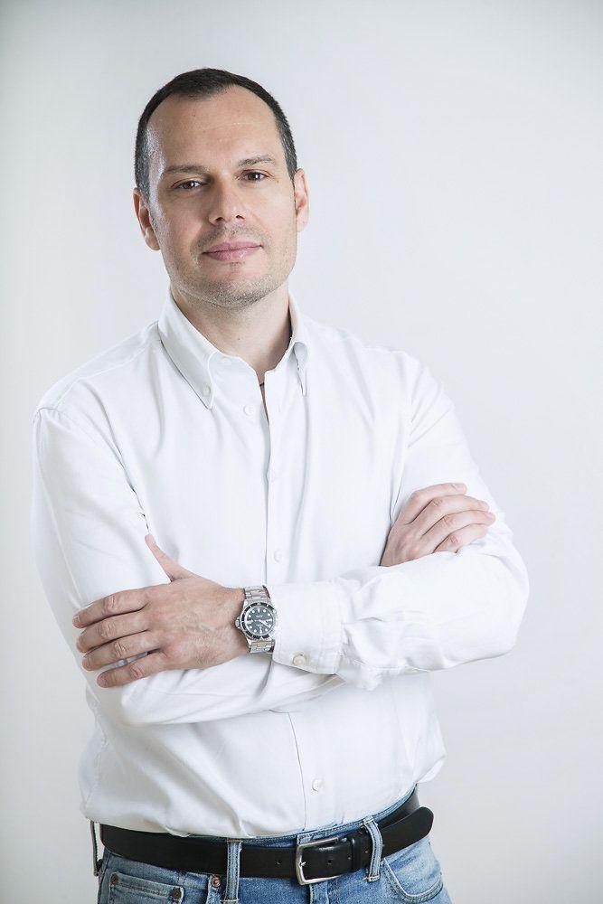 Portrét muže v bílé košili vhodný na životopis