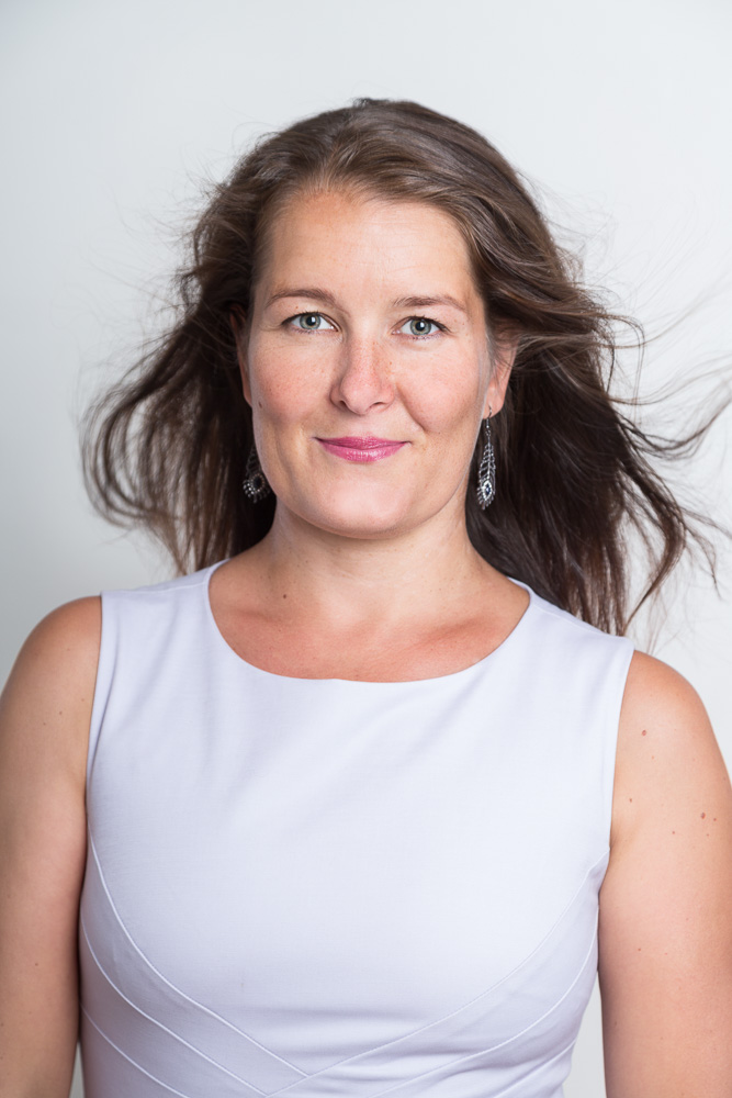Portrét ženy v bílém topu vhodný na životopis