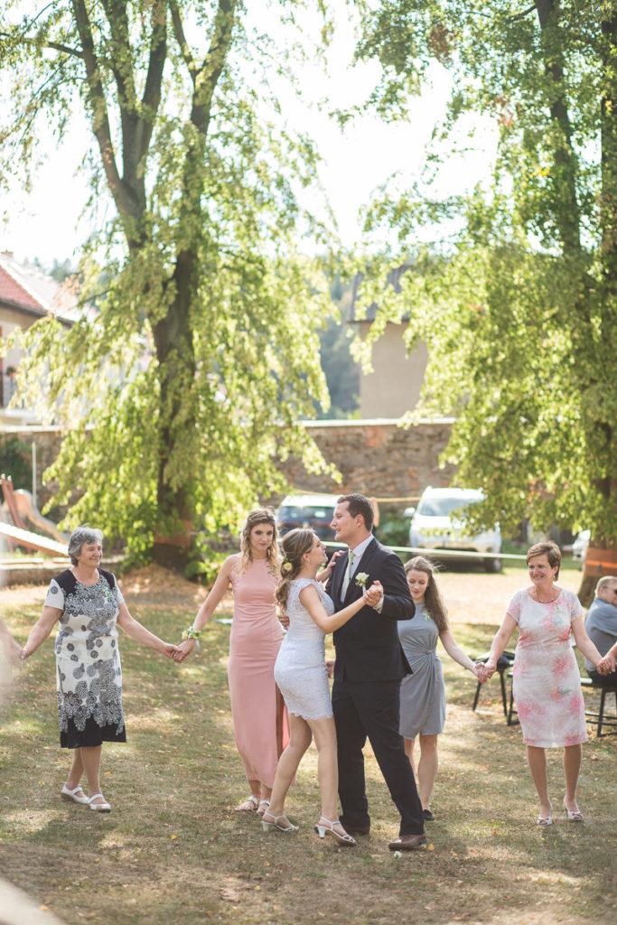 První tanec na venkovní, letní svatbě
