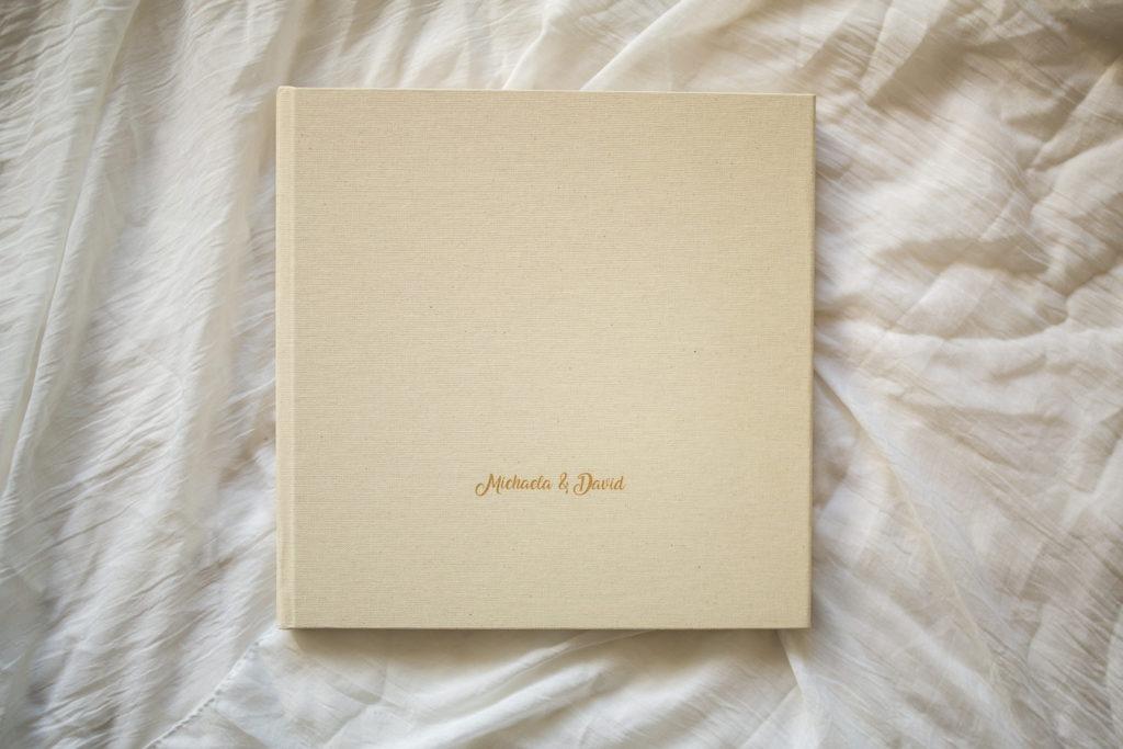 Krémová svatební fotokniha s gravírováním na titulní stránce