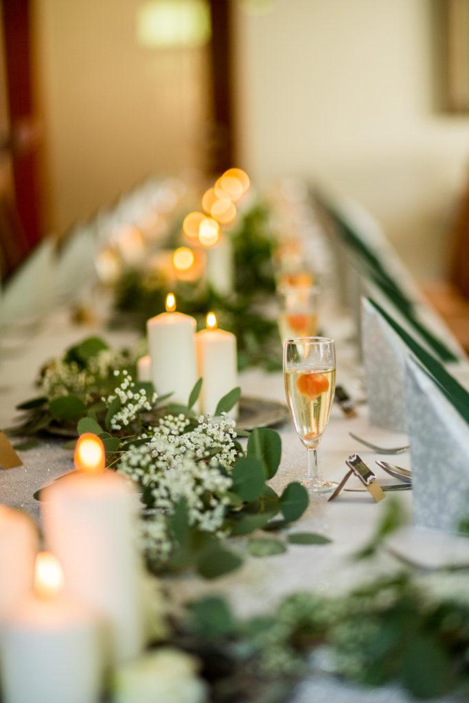 Svatební tabule, dekorace, stůl, eukalyptus, svíčky
