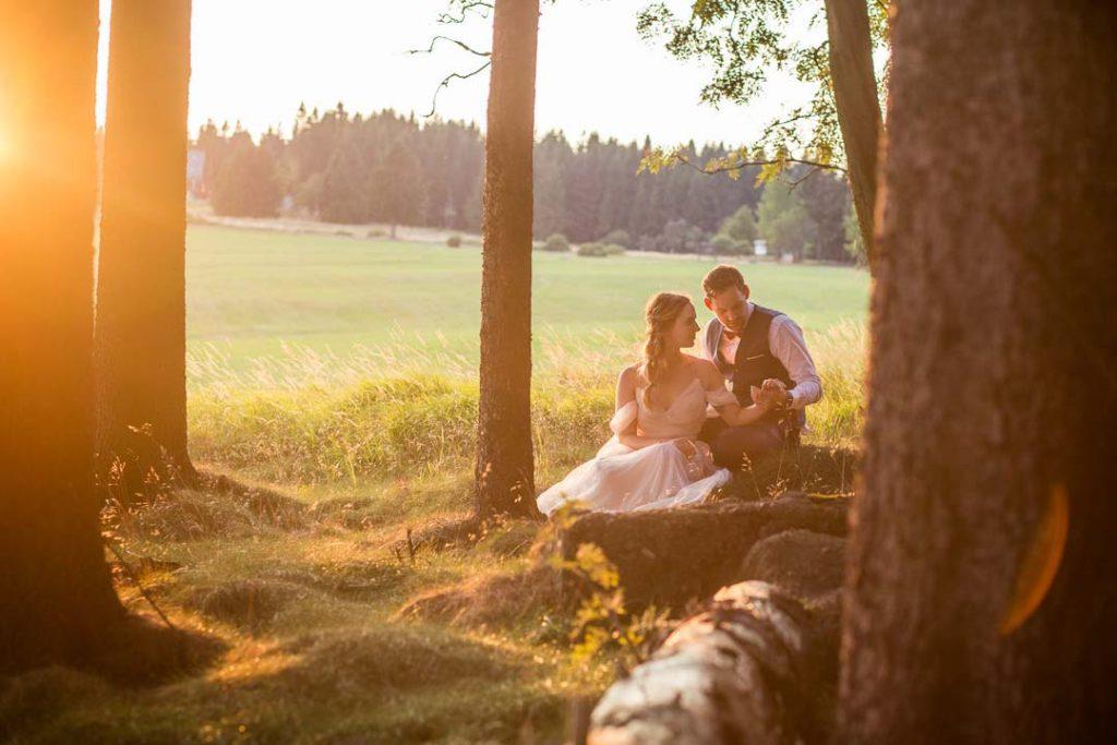 Novomanželské focení v přírodě se západem slunce
