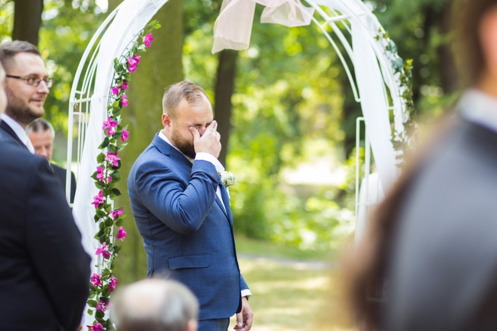 slzy štěstí během svatebního obřadu
