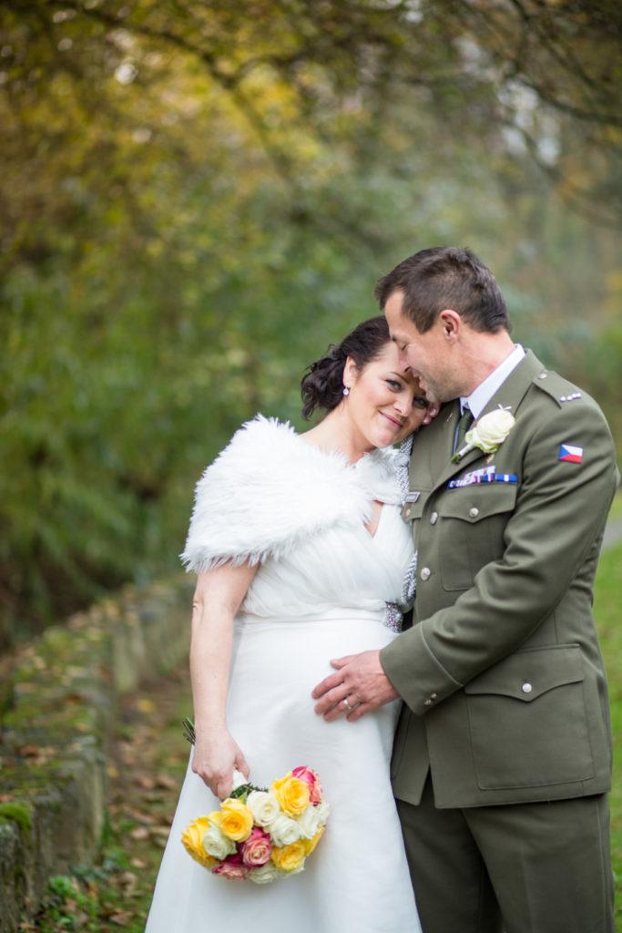 Novomanželé v podzimní zahradě penzionu Liškův mlýn