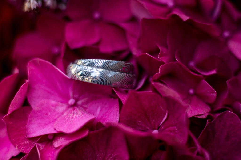 Prstýnky s otisky prstů na temně růžové hortenzii
