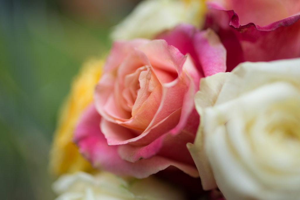 detail svatební kytice ze žlutých a růžových růží