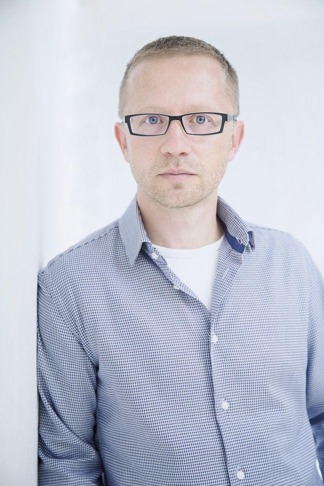 Portrét muže v brýlích, fotografie na CV
