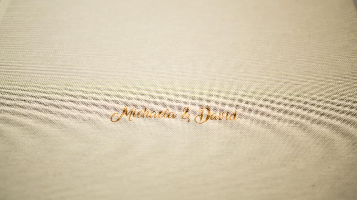 Detail titulní strany fotoknihy se jménem novomanželů