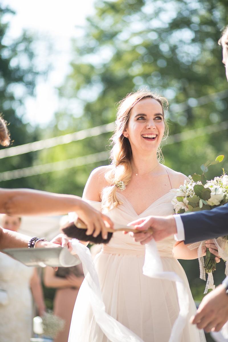 Svatební zvyk zametání rozbitého talíře