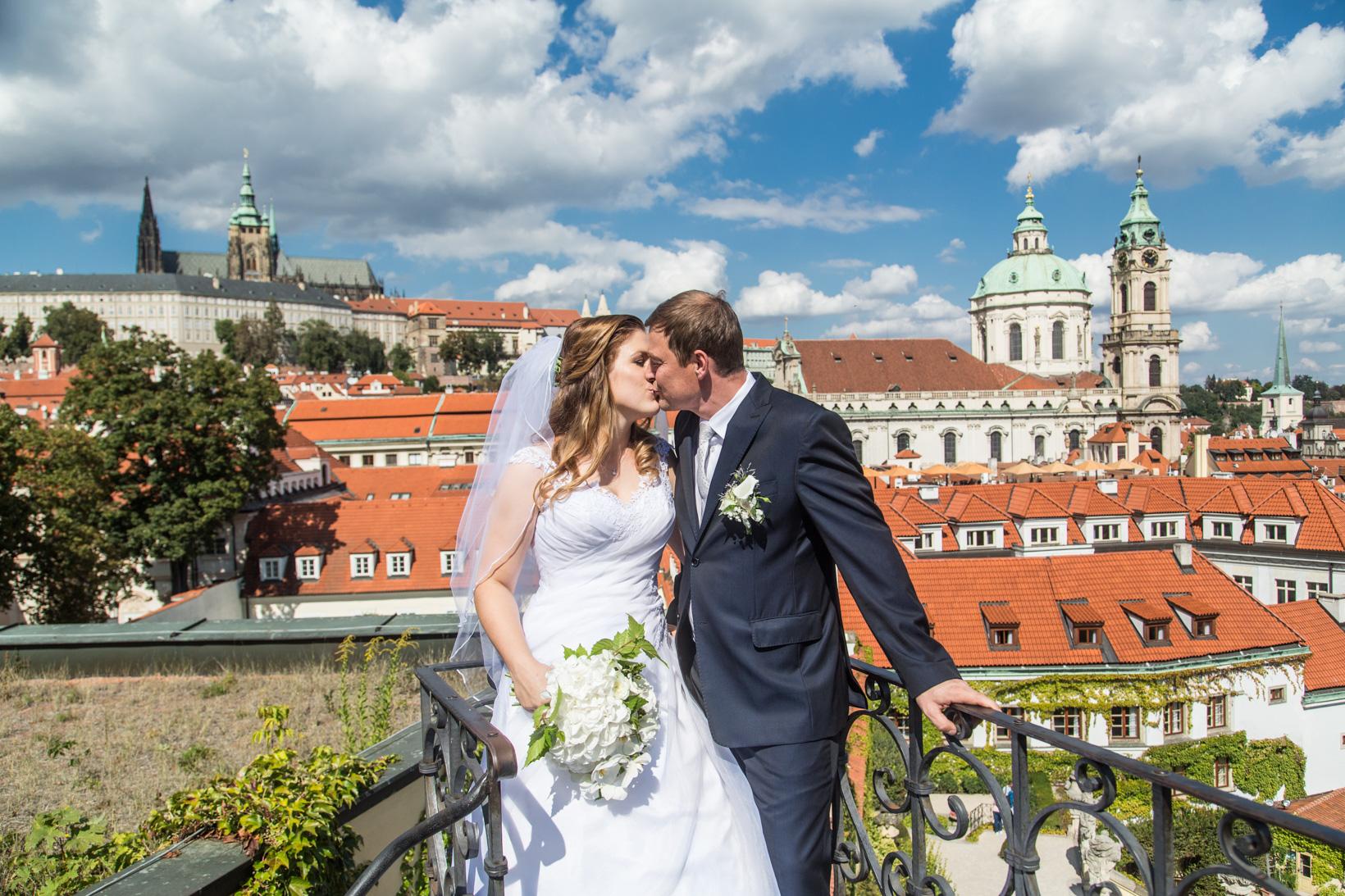 Novomanželé ve Vrtbovské zahradě v Praze