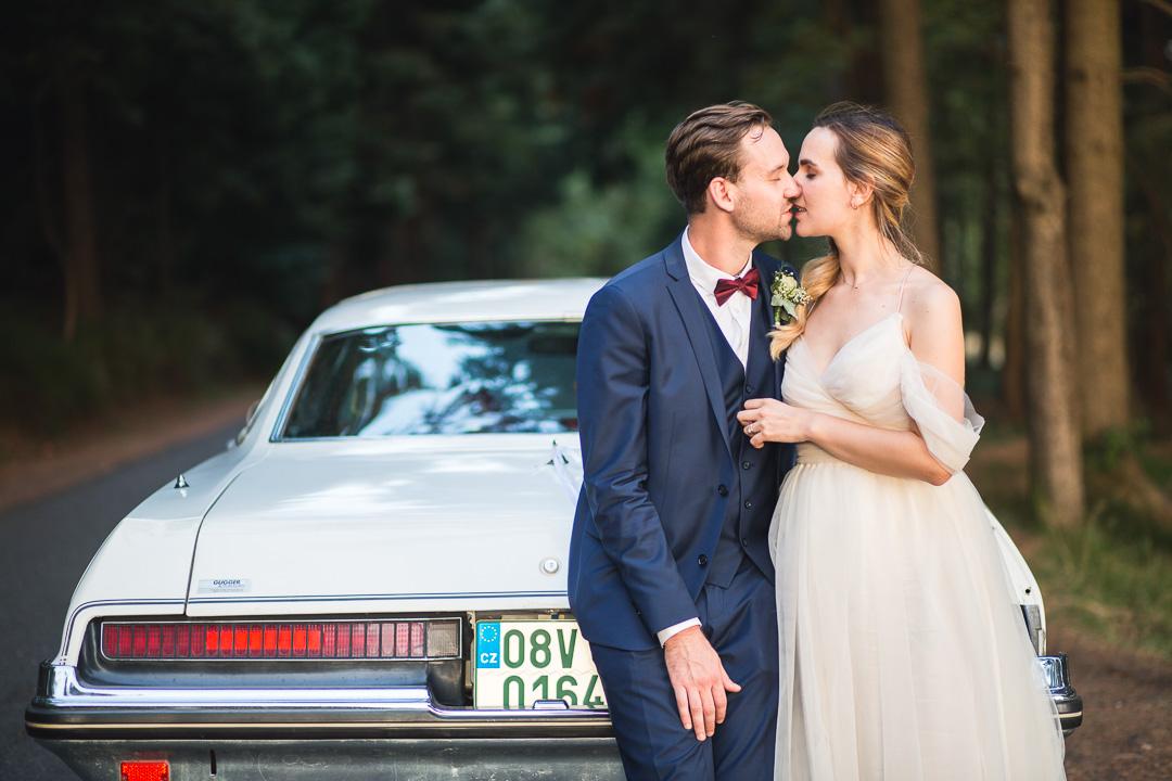Novomanželské focení v přírodě s autem