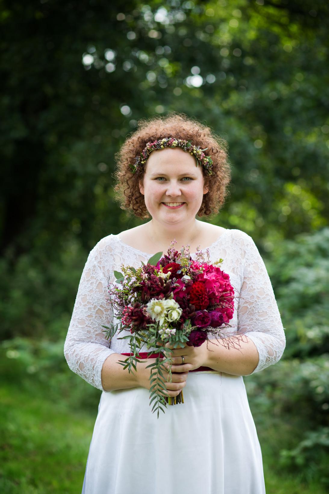 Portrét nevěsty se s vínovou svatební kyticí