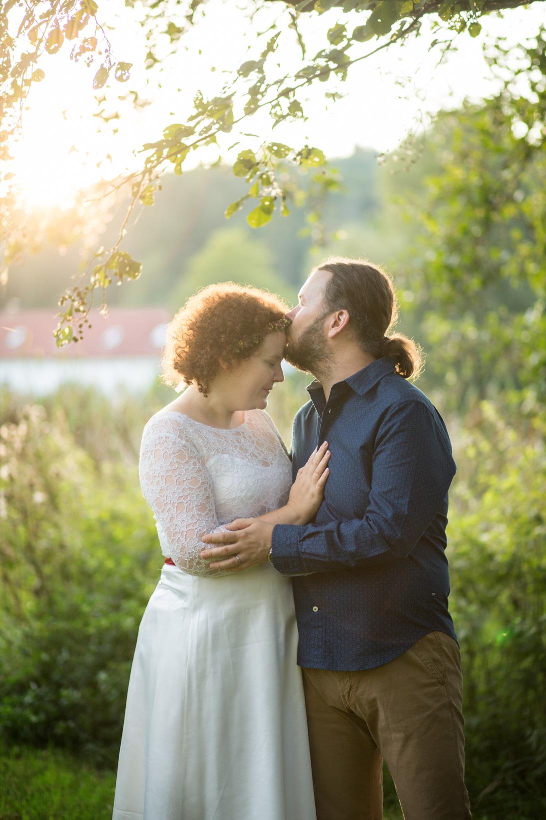 Portrét novomanželů v odpoledním slunci