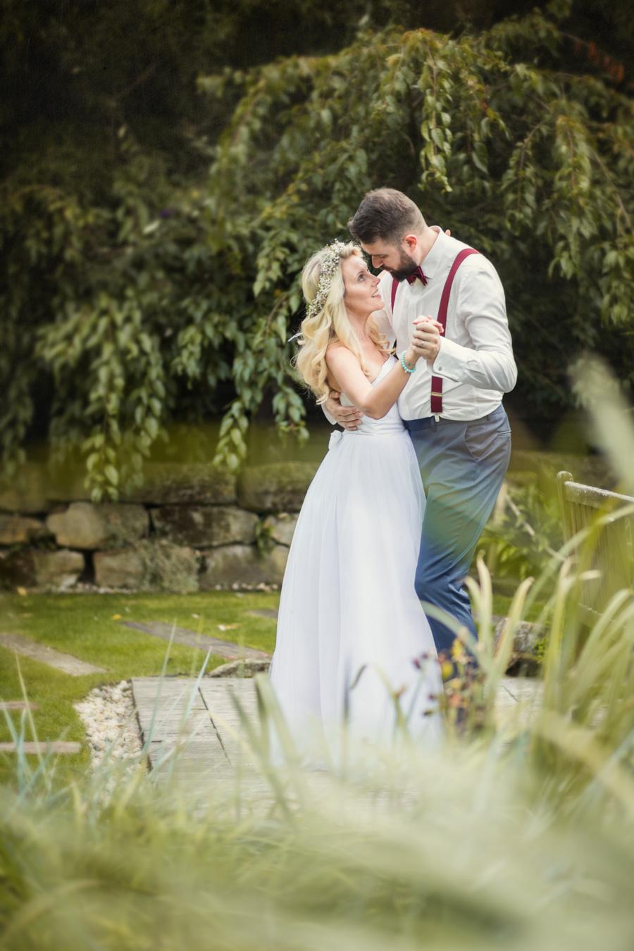 Novomanželé v podzimní zahradě hotelu Lony