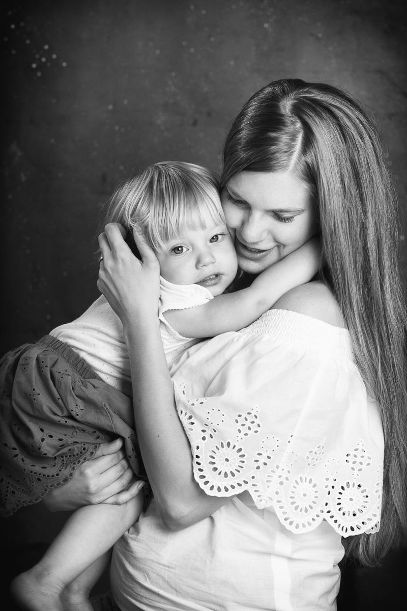 Portrét mamky s malou dcerou v ateliéru