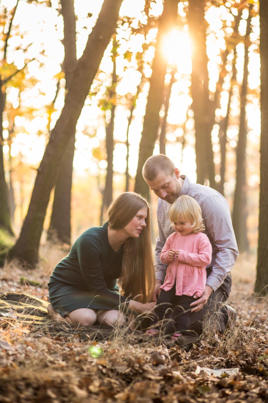 Rodinné focení v parku, tříčlenná rodina, podzim