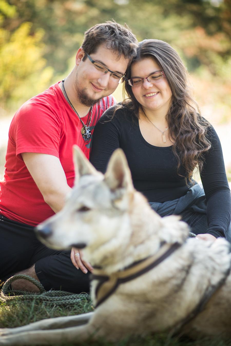Fotografie zamilovaného páru v podzimní Praze s českým vlčákem