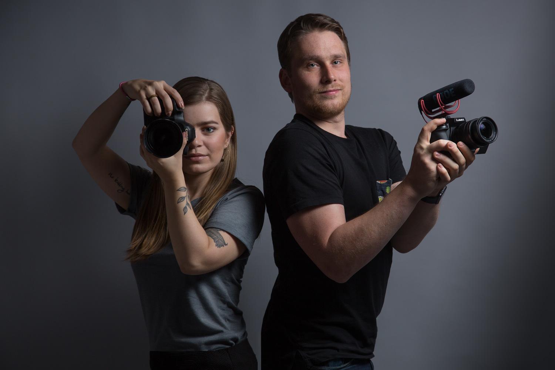 Kameraman a fotografka - podcaster - Freelenser